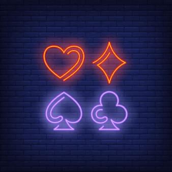 Tarjeta de juego traje símbolos neón signo