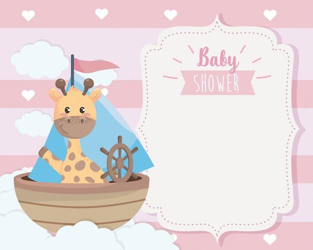 Tarjeta de linda jirafa en el barco y las nubes.