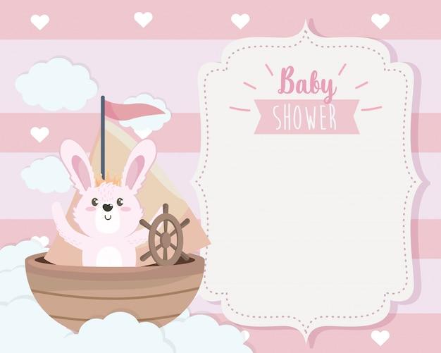 Tarjeta de lindo conejo en el barco y las nubes.