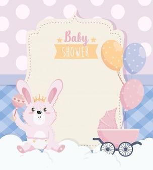 Tarjeta de lindo conejo con carroza y globos.