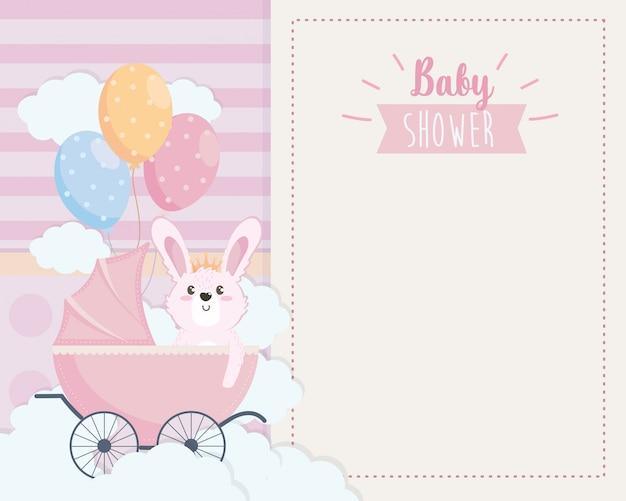Tarjeta de lindo conejo en el carruaje y globos.