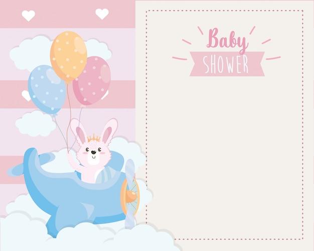 Tarjeta de lindo conejo en la cuna y globos.