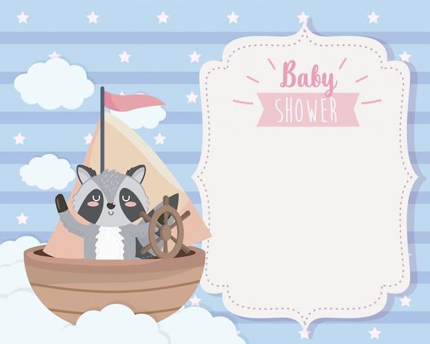 Tarjeta de lindo mapache en el barco y las nubes.
