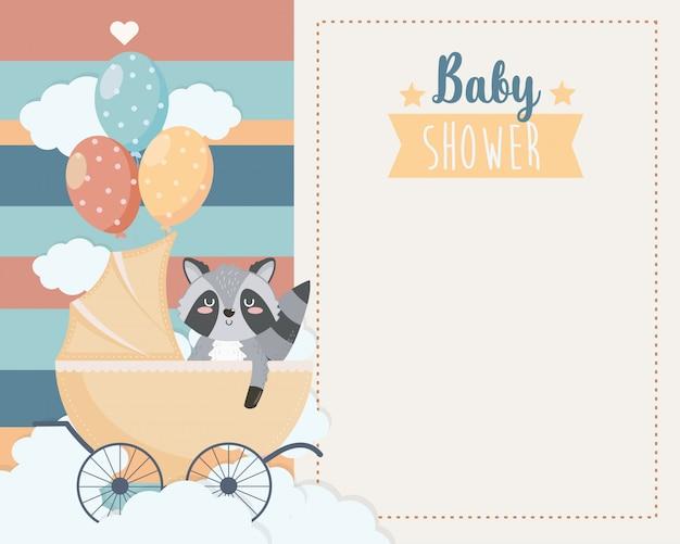 Tarjeta de lindo mapache en el carruaje y globos.