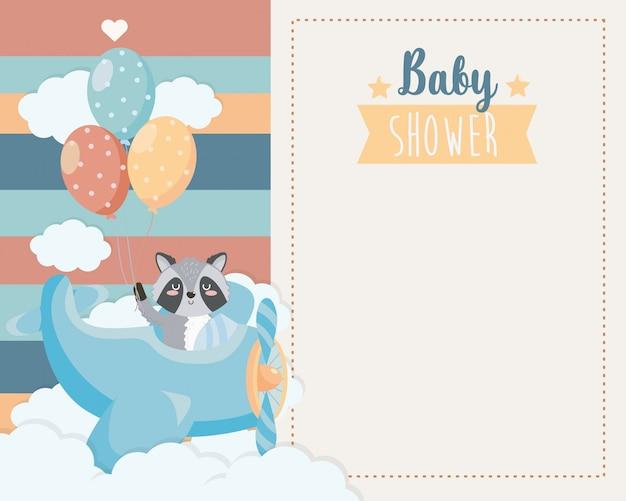 Tarjeta de lindo mapache en la cuna y globos.