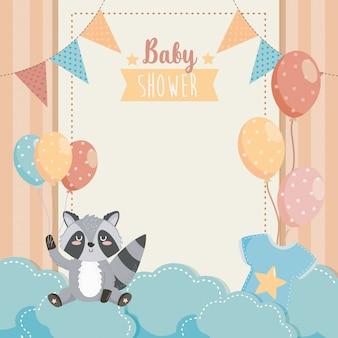 Tarjeta de lindo mapache con globos y nubes