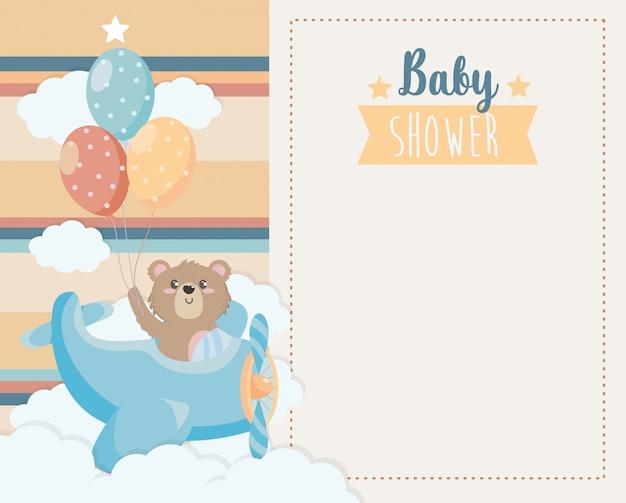 Tarjeta de lindo oso en la cuna y globos.