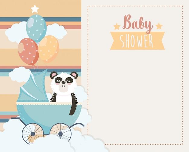 Tarjeta de lindo panda en el carruaje y globos.