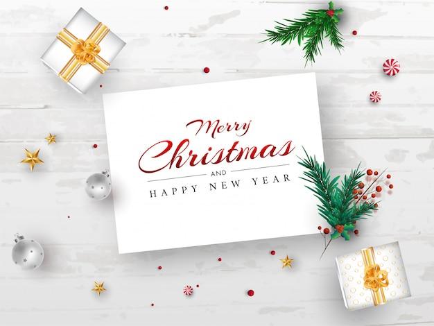 Tarjeta de mensaje de feliz navidad y feliz año nuevo con hojas de pino, bayas rojas, estrellas, adornos y cajas de regalo sobre fondo de textura de madera blanca.