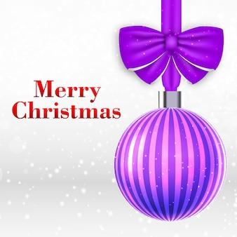 Tarjeta de navidad con hermosa bola de navidad violeta a rayas