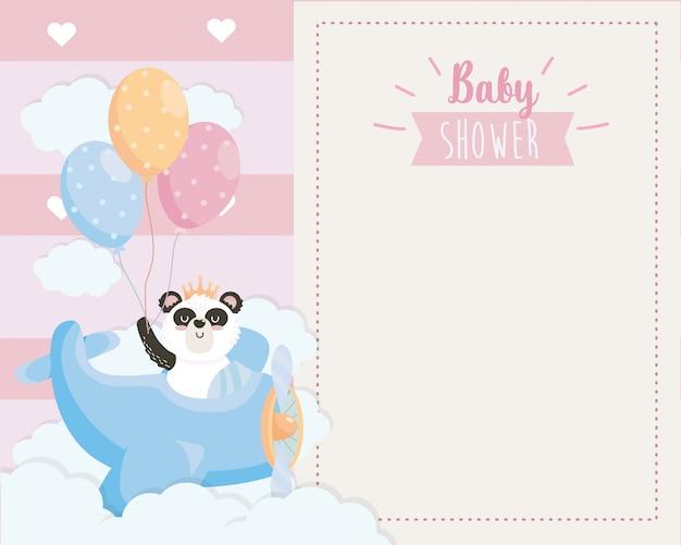 Tarjeta de panda lindo en la cuna con globos.