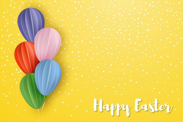 Tarjeta de pascua feliz en estilo de corte de papel globos de colores sobre fondo amarillo