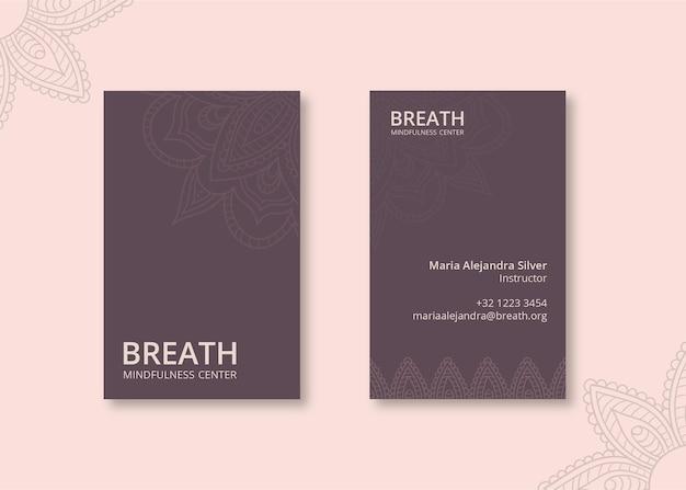 Tarjeta de presentación vertical para meditación y atención plena.