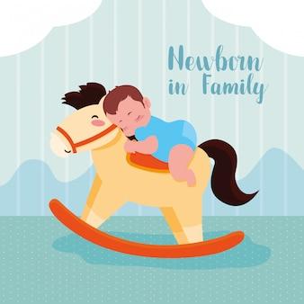 Tarjeta de recién nacido con bebé y caballo de madera