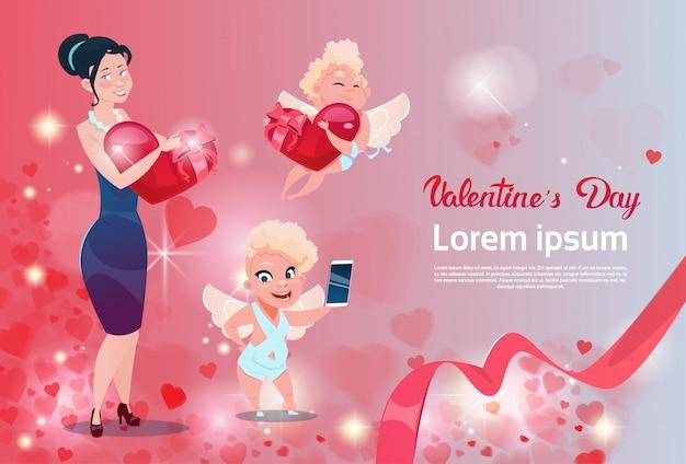 Tarjeta de regalo para el día de san valentín mujer de vacaciones con forma de corazón de grupo de cupido