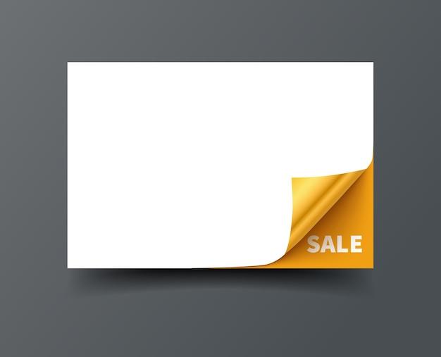 Tarjeta de regalo con esquinas enrolladas y tarjeta dorada aislada sobre fondo oscuro.