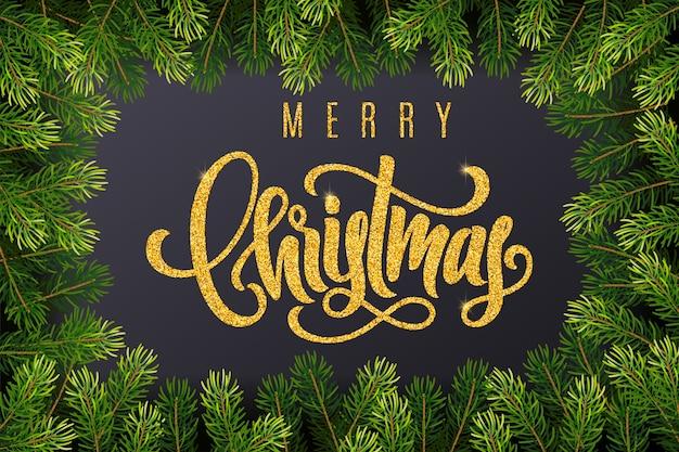 Tarjeta de regalo navideña con letras doradas a mano feliz navidad y ramas de abeto sobre fondo oscuro