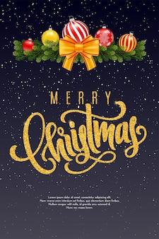 Tarjeta de regalo de vacaciones con letras doradas a mano feliz navidad y bolas de navidad, guirnalda de ramas de abeto