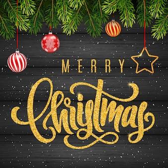 Tarjeta de regalo de vacaciones con letras doradas a mano feliz navidad y bolas de navidad, ramas de abeto sobre fondo de madera