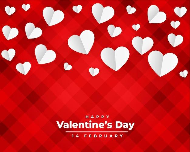 Tarjeta roja del día de san valentín con corazones de papel