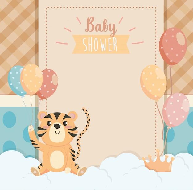 Tarjeta de tigre animal con globos decorados y nubes.