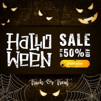 Tarjeta de venta de halloween con brillantes ojos de miedo y telaraña en oscuro viejo rayado