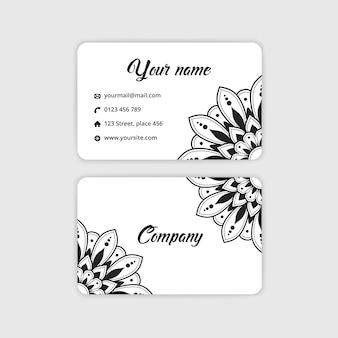 Tarjeta de visita abstracta mandala. fondo arabesco de lujo. motivo floral en color blanco y negro