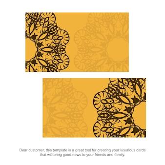 Tarjeta de visita amarilla con adornos marrones griegos para su marca.
