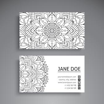 Tarjeta de visita blanca y negra con decoración de mandala