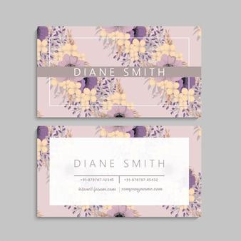 Tarjeta de visita floral linda con flores violetas