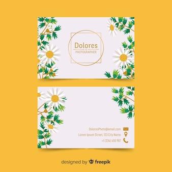 Tarjeta de visita floral con plantilla de detalles dorados