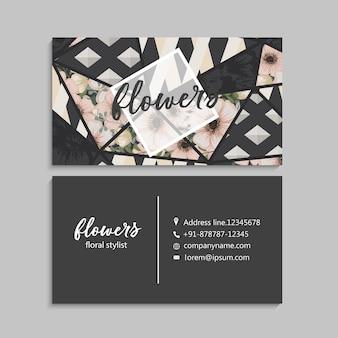 Tarjeta de visita oscura con flores hermosas y elementos geométricos.
