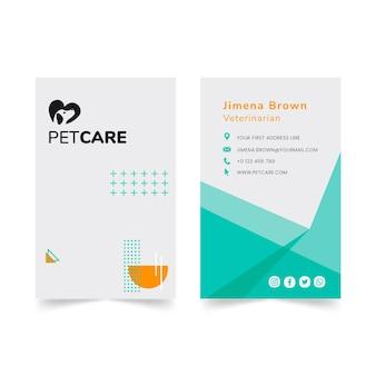 Tarjeta de visita vertical de clínica veterinaria y mascotas sanas
