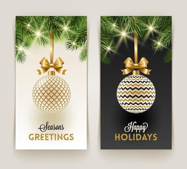 Tarjetas de felicitación de navidad: adornos estampados con lazo dorado colgando de las ramas de un árbol de navidad