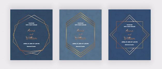 Tarjetas de invitación de boda azul con marcos de líneas geométricas poligonales doradas.