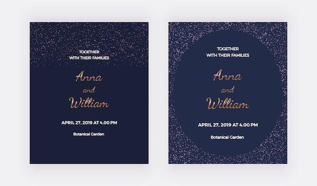 Tarjetas de invitación de boda azul oscuro con marco de bordes de confeti de oro rosa.