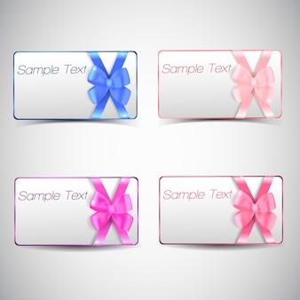Tarjetas de regalo en blanco planas con arcos de colores y texto de muestra aislado