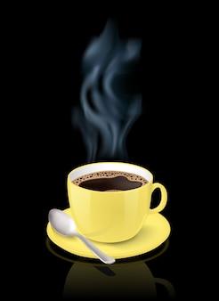 La taza amarilla realista llenó de café express clásico negro en fondo negro