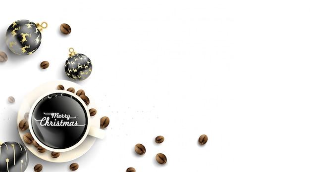 Taza de café con bolas de navidad decoraciones y granos de café.