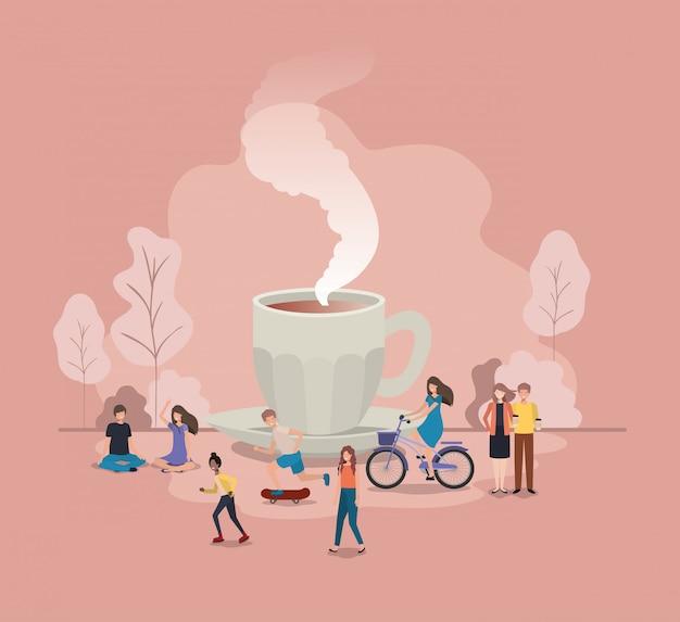 Taza de café con bombilla y mini personas.