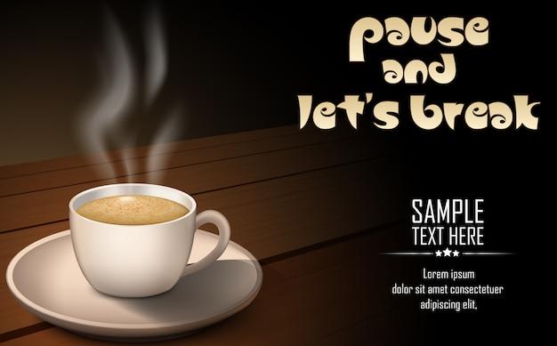 Taza de café caliente con granos de café en una mesa de madera