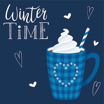 Una taza de café o cacao con crema batida y pajitas. taza a cuadros azul con corazón. bebida caliente inscripción manuscrita - horario de invierno. rotulación a mano. ilustración en un estilo plano