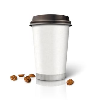 Taza de café de papel realista en blanco -café para llevar- con granos de café, aislado sobre fondo blanco con reflexión. con lugar para su diseño y marca