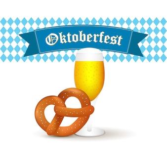 Taza de cerveza bávara con pretzel aislado sobre fondo blanco