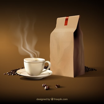 Taza de café caliente con granos de café y bolsa de papel