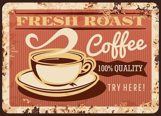 Taza humeante de café tostado fresco placa de metal oxidado