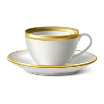 Taza de porcelana blanca con bordes dorados y plato sobre fondo blanco.
