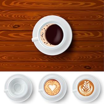 Tazas de café intercambiables en la mesa de madera
