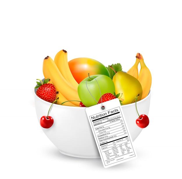 Tazón de fruta saludable con una etiqueta de nutrientes.