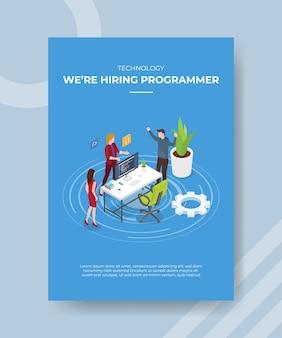 La tecnología estaba contratando programadores, personas que estaban de pie, charla en la recepción para la plantilla de banner y volante